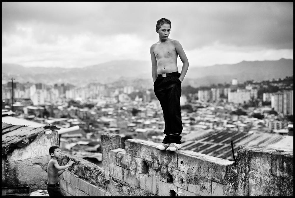 Kristofers Andersons. Bērni spēlējas gruvešos. Venecuēla, 2007