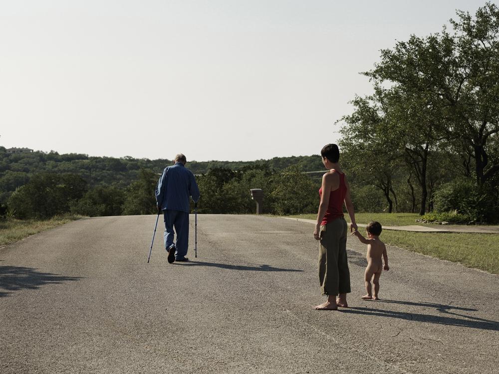 Kristofers Andersons. Mariona un Atlas vēro manu tēvu Līnu Andersonu viņa ikdienas pastaigā. San Antonio, ASV, 2010