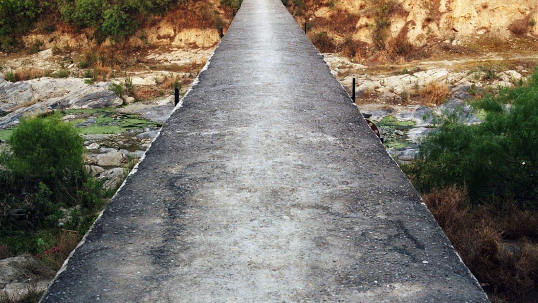 """Alehandro Kartahena. Zudušās upes bez nosaukuma. No sērijas """"The Suburbia Mexicana Project"""", 2006-2009"""
