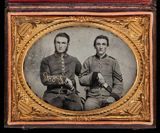 Nezināms fotogrāfs. Kapteinis Čārlzs A. un seržants Džons M. Hokinss, E rota, Džordzijas Brīvprātīgo kājnieku 38. pulks. 1861-62.