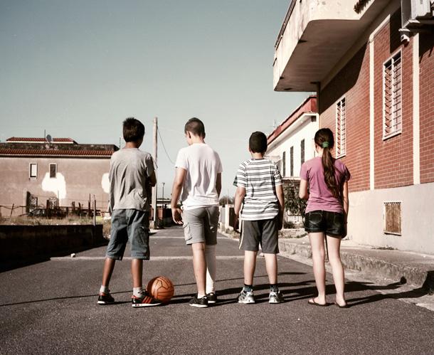 Mišela Palermo. 32500 km, S.S. Domiciānas šoseja, Kastelvolturno. Bērni spēlējas uz ceļa