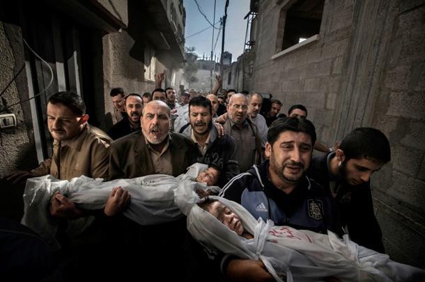 """Pola Hansena fotogrāfija """"Bēres Gazā"""", ar kuru viņš ieguva World Press Photo 2013 balvu"""