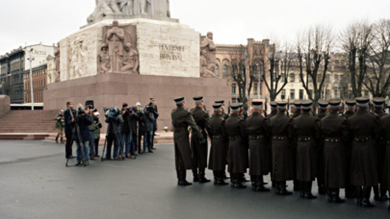 Pa kreisi - fotogrāfu un operatoru bariņš. Foto - Arnis Balčus