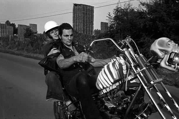Jans Morvans. Parīzes priekšpilsēta, 1977. No sērijas Baikeri. Bandas līderis Tesos brauc ar savu motociklu.