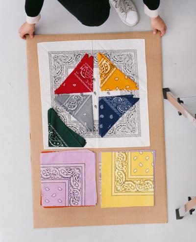 Anete Kelma. Bez nosaukuma (no sērijas Kartons, lakatiņi, kāpnes, rokas). 2013. Analogā krāsu kopija. 89x72 cm.