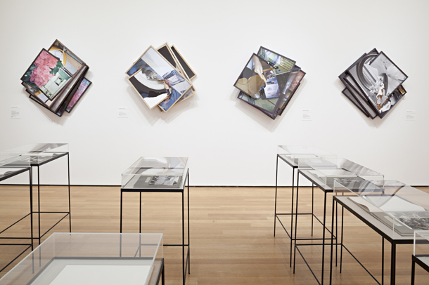 Izstādes Jaunā fotogrāfija 2013 kopskats. © 2013 Modernās mākslas muzejs, Ņujorka. Foto - Tomass Grīsels