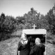 Linda Dorigo. Irāna, Salmasa. Augusts 2011. Dievmātes Marijas dienā 14. augustā Salmasas un Pataveres asīrieši pulcējas dievkalpojumam mazā, kādreizējā šķūnī izveidotā baznīcā. Lai līdz tai nokļūtu, jāiet vairāki simti metru pa grantainu meža ceļu.
