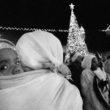 Linda Dorigo. Rietumkrasts, Bētleme, Decembris 2012. Ziemassvētku naktī etiopieši dejo laukumā pie baznīcas. Viņiem nav atļauts ieiet baznīcā. Svētajā zemē Ziemassvētki tiek svinēti četras reizes: katoļi tos svin 25.decembrī, pareizticīgie - 6. janvārī, grieķu pareizticīgie - 13. janvārī, un armēņi - 21. janvārī.