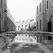 Linda Dorigo. Irāka, Bagdāde, Novembris 2012. Otomaņu impērijas laikā būvētais ceļš pilsētas centrā ar seno mošeju un skolu. Bagdādes valdība atjauno ēkas, bet no senās gubernatora pils palikušas vien drupas.