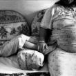 Linda Dorigo. Ēģipte, Asuāna, Jūlijs 2012. Pēdējos mēnešus Ēģiptē valda saspringtas attiecības starp musulmaņiem un viņu pretiniekiem. Asuānas kristiešu ģimenes bailēs no vardarbības izvēlas neiet ārā uz ielas un slēpj savu identitāti.