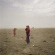 Mikele Palaci. Mongolija, Gobi, Omongovi, 2012. Hovorerdens smilšu vētras laikā spēlējas ar māsu.