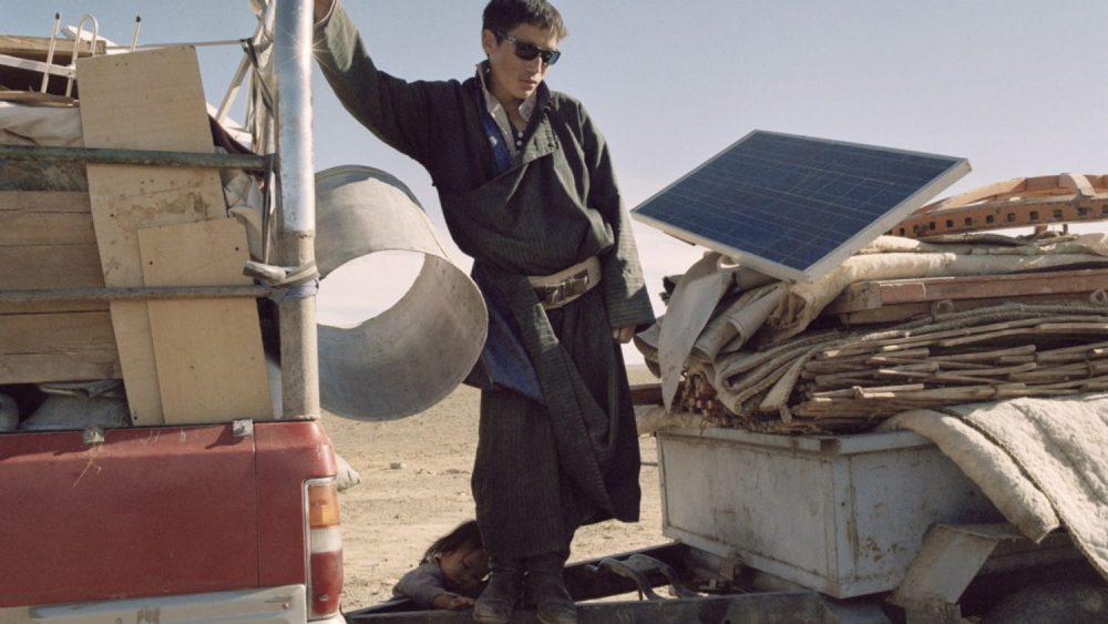 Mikele Palaci. Mongolija, Gobi, Omongovi, 2012. Nomadu ģimene pako telti un sev piederošās lietas, gatavojoties aizbraukšanai.