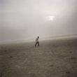 Mikele Palaci. Mongolija, Gobi, Omongovi, 2012 Tuvšinbajars soļo pāri tuksnesim smilšu vētras laikā