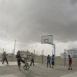 Mikele Palaci. Mongolija, Gobi, Tsogtsestije, 2012. Puiši spēlē basketbolu ciemata vienīgajā sabiedriskajā vietā - skolas basketbola laukumā.