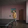 Mikele Palaci. Mongolija, Gobi, Dalanzadgada, 2013. Meitene spēlē galda tenisu pilsētas atpūtas centrā.