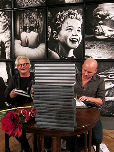 Anderss Petersens un Jakobs Aue Sobols paraksta savu nupat izdoto grāmatu. Foto - Arnis Balčus