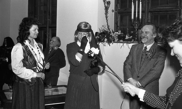 Laikraksta ''Literatūra un Māksla'' 50 gadiem veltītās izstādes atklašana Latvijas Fotogrāfijas muzejā 1995. gada 19. janvārī. Fotogrāfs- Astrīda Meirāne