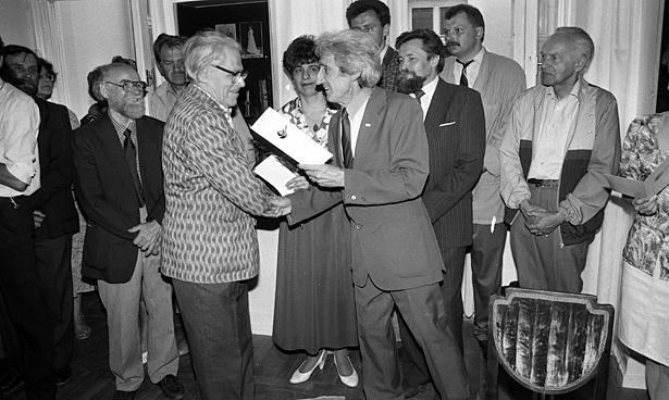 Latvijas Fotogrāfijas muzeja atklāšana 1993. gada 18. maijā. Centrā - Jānis Gleizds un Pēteris Korsaks. Fotogrāfs- H. Birznieks