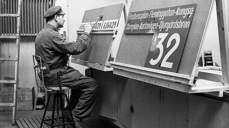 Zīmju krāsotājs tramvaju depo, 1943. Foto - Borje Galens