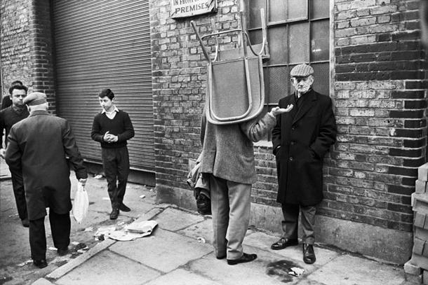 Tonijs Rejs-Džonss. Krēsls uz galvas, Brikleinas tirgus, 1966