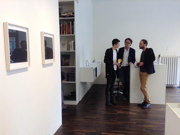 Māksliniece Estera Matiasa (no kreisās) un galerijas vadītājs Kristofs Gaijs. Foto - Arnis Balčus