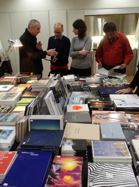 Patriks Frejs (pa kreisi) savas izdevniecības grāmatnīcā. Foto - Arnis Balčus