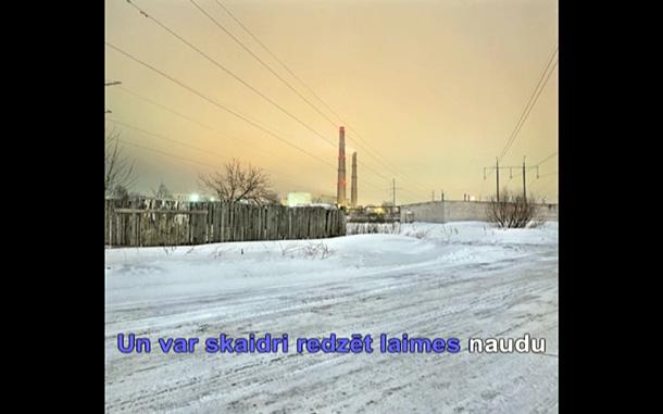 Ekrānšāviņš no Ivara Grāvleja video ar Aļņa Stakles fotogrāfijām Rīgas Mākslas telpā