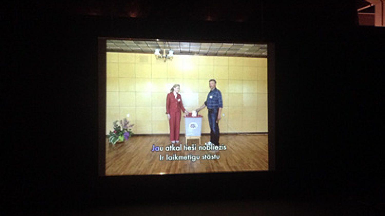 Ivara Grāvleja video ar Arņa Balčus fotogrāfijām Rīgas Mākslas telpā