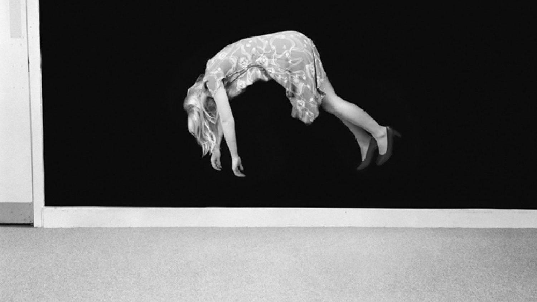 """Klēra Strenda, """"Pakarināta gaisā"""" (""""Aerial Suspension""""). No sērijas """"Buršanās"""", 2009"""