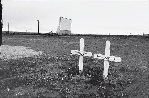 Dvīņu kapi un āra kino (Twin Graves and a Drive-in Cinema), Teksasa, 1983