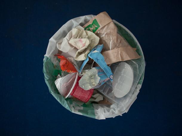 """Pjotrs Antonovs, """"Atkritumu spainis ar mākslinieka atkritumiem, fotografēts uz tumša fona"""""""