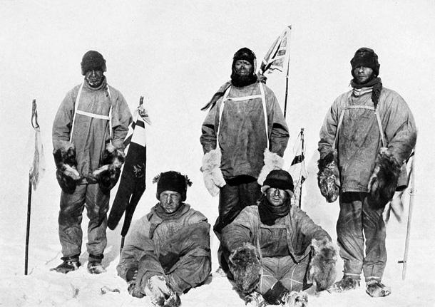 Roberta Skota grupa sevi nofotografēja 1912. gada 17. janvārī - dienu pēc tam, kad uzzināja, ka Roalds Amundsens pirmais sasniedzis Dienvidpolu