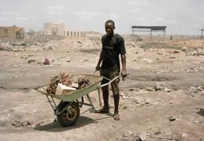 Valentīno Bellīni. Gana, Akra, Agbobloši. Jauns vīrietis ved dedzināšanai paredzētus ārkārtīgi toksiskus elektrisko iekārtu materiālus.