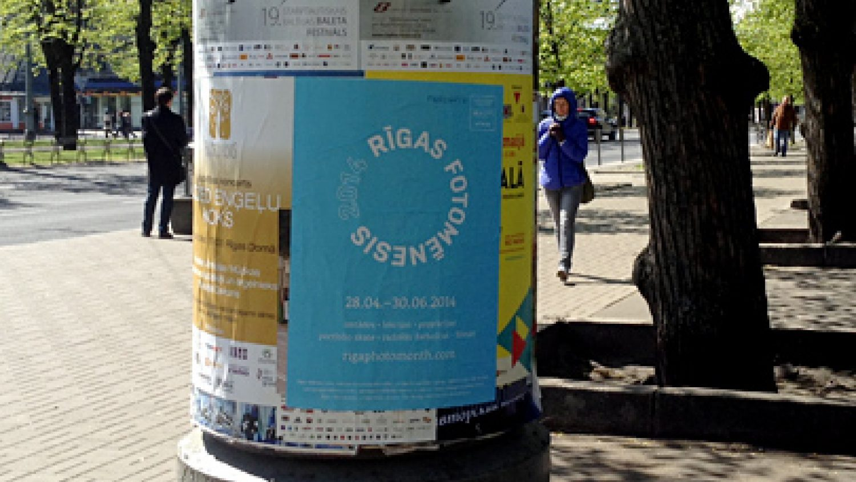 Rīgas Fotomēneša plakāts Rīgas ielās
