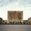 """Marija Gruzdeva. Abhāzijas Ministru padomes ēkas drupas pēc Suhumi slaktiņa, Brīvības laukums, Suhumi, Abhāzija. No sērijas """"Krievijas robežas"""""""