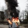 """Kristofers Nans. Degošs Ukrainas Drošības dienesta auto. Kaluša, 2014. gada 19. februāris. No sērijas """"Kaulu rinda"""""""