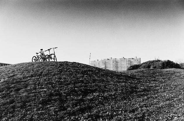 Mārtiņš Lablaiks. Ainava ar velosipēdiem uz paugura. Porto, Portugāle, 2012