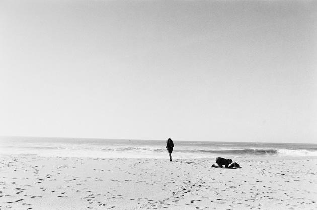 Mārtiņš Lablaiks. Ainava ar divām meitenēm pludmalē. Povua de Varzina, Portugāle, 2012