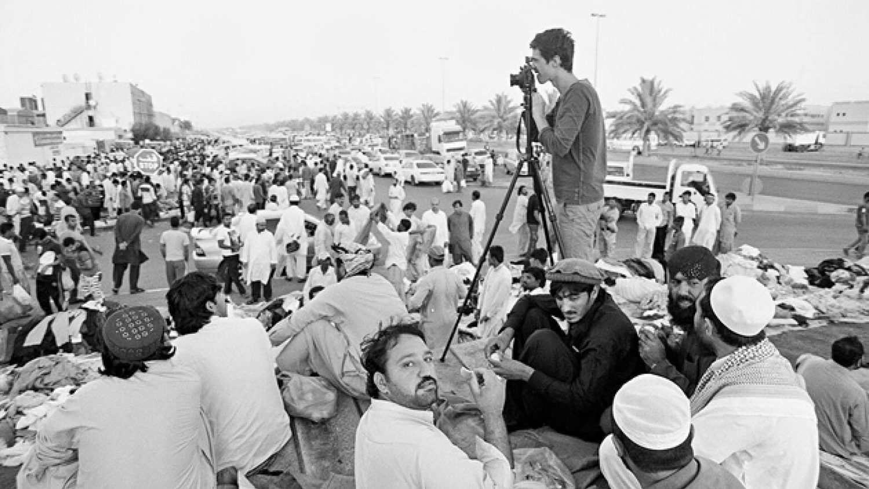 Reinis Hofmanis fotografē Abu Dabi. Foto - Ivars Drulle