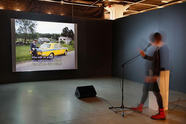 """Skats no Ivara Grāvleja darba """"""""Informatīvi - muzikāls, vizuāls un interaktīvs ieskats dažu latvijas fotogrāfu daiļradē"""" izstādē """"Viewfinders"""""""