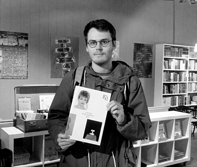 Reinis Lismanis ar Latvijas fotogrāfijas gadagrāmatu. Foto - Arnis Balčus