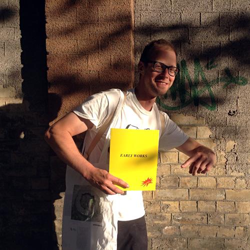 "Ivars Grāvlejs ar savu grāmatu ""Early Works"". Foto - Arnis Balčus"