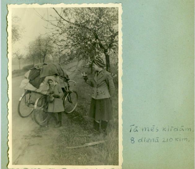 Attēls no pētījumā izmantotā Janosonu ģimenes fotalbuma, kur dokumentētas latviešu bēgļu gaitas uz Vāciju pēc Otrā pasaules kara