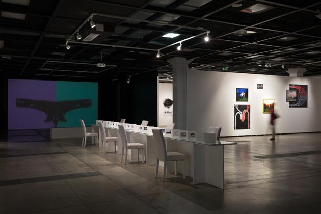 Skats no izstādes ar Janas Romanovas darbu ''Shvilishvili'' priekšplānā. Foto - Arns  Anskaitis