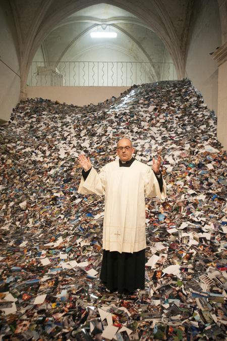"""Skats no Ērika Kesela instalācijas """"24 hrs photos"""", kas sastāv no 24 stundu laikā Flickr ievietotām fotogrāfiju reprodukcijām"""