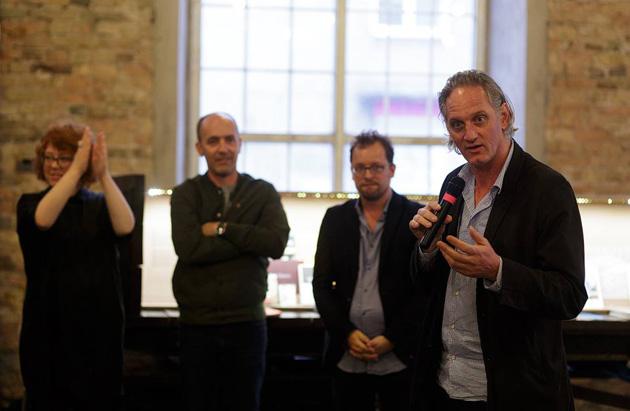 Ēriks Kesels (no labās) paziņo SELF PUBLISH RIGA konkursa uzvarētāju. Foto - Andrejs Strokins
