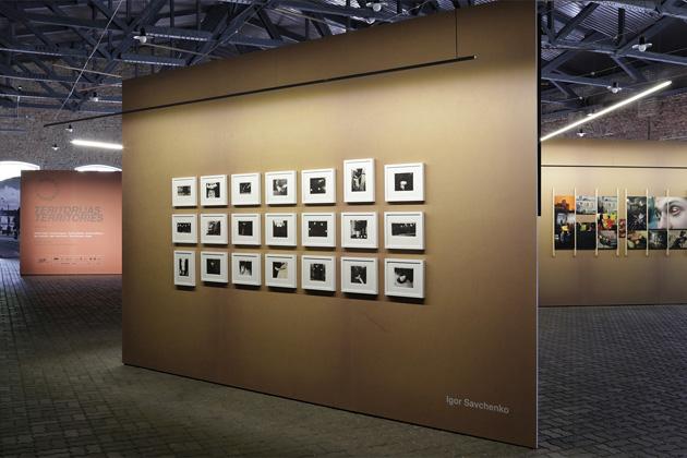 Skats no izstādes ar Igora Savčenko darbiem centrā. Foto - Arnis Balčus