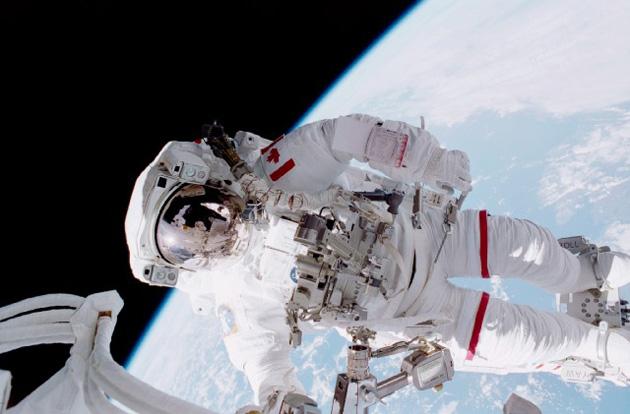 Kriss Hadfīlds kosmosā. Foto - no Universe Today