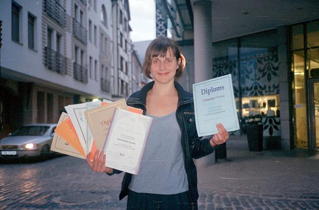 Vika ar veciem skolas olimpiāžu diplomiem